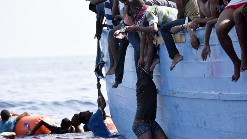 يحاول آلاف المهاجرين الأفارقة الوصول إلى أوروبا