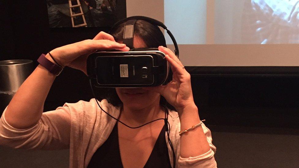 Natalia con su dispositivo VR