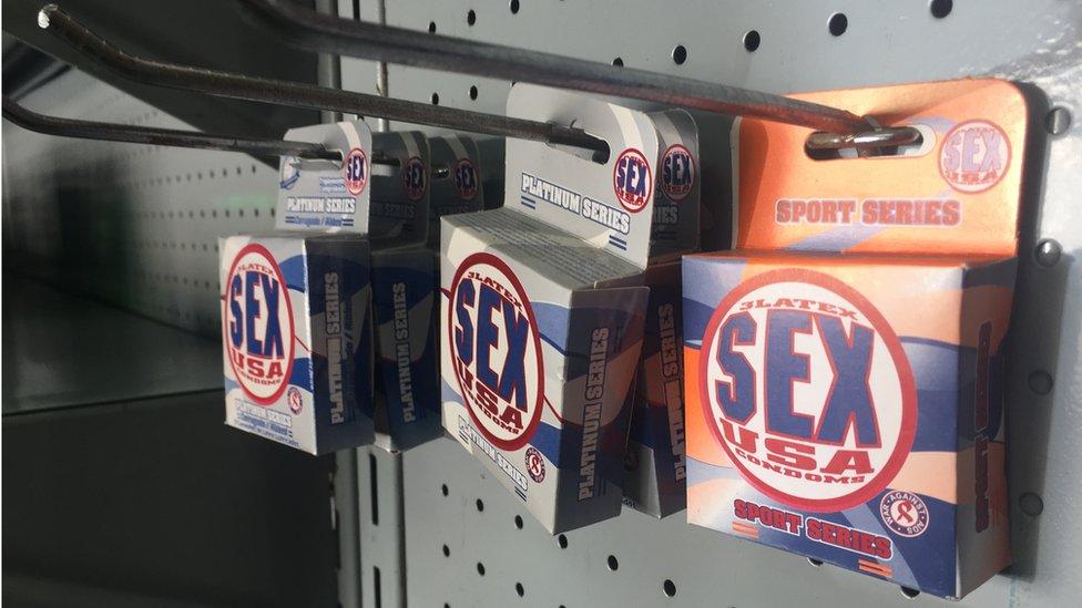 Paquetes de condones en una farmacia de Barquisimeto.