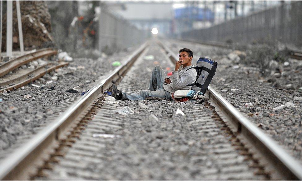 Migrante salvadoreño en las vías de tren en Lechería, a 30 kilómetros al norte de Ciudad de México.