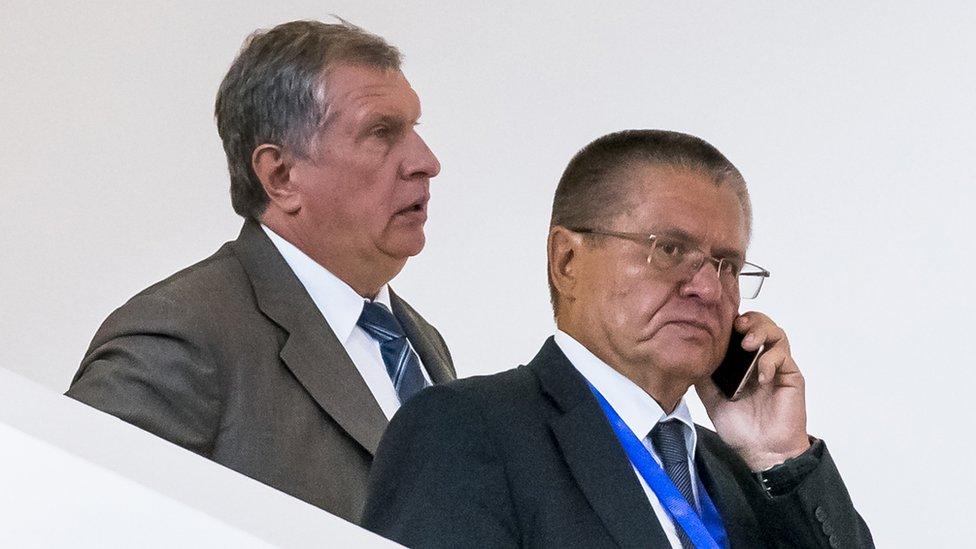 謝欽(左,去年8月拍攝)表示前部長尤利卡耶夫(右)索賄