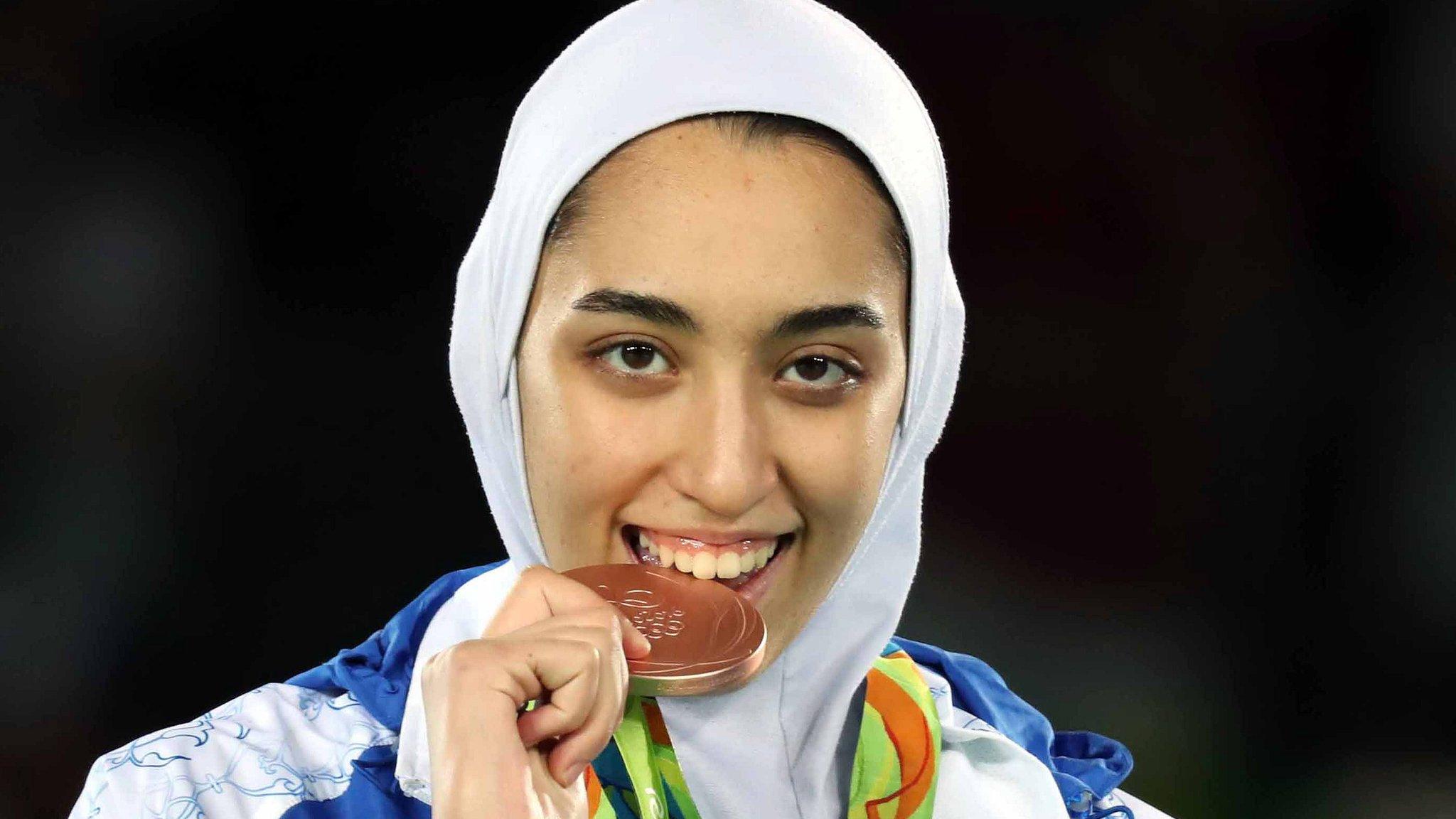 ईरान की इकलौती महिला ओलंपिक मेडल विनर को क्यों छोड़ना पड़ा देश - BBC News  हिंदी