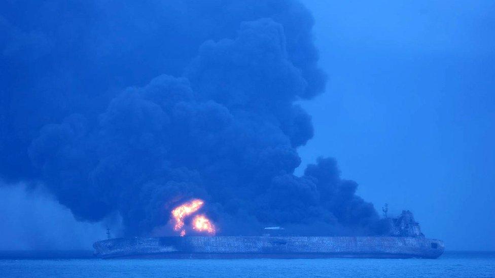 Suspenden labores de extinción tras explosión de petrolero en China