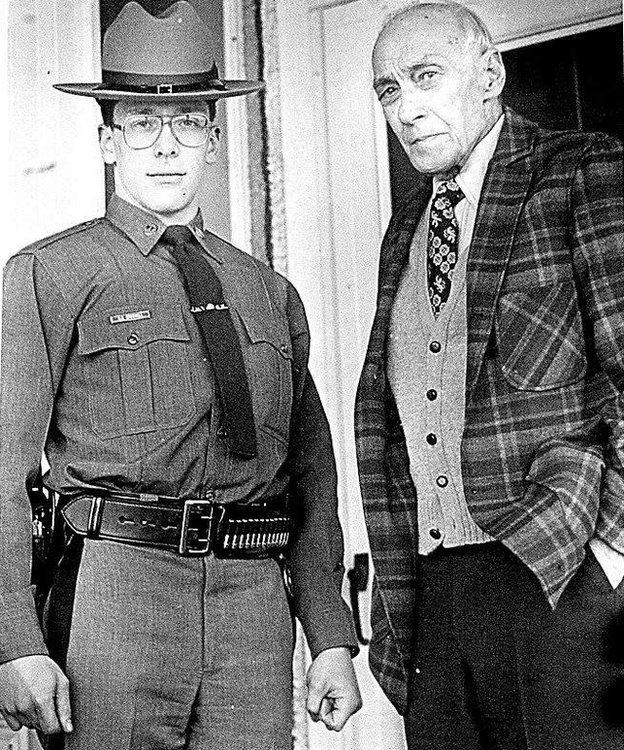 Robert y Edgar Croswell al frente de su casa en una foto tomada por el fotógrafo del diario Binghamton Press and Sun-Bulletin cuando Robert se graduó de la Academia Estatal de Policía en 1987. (Imagen cortesía de Robert Croswell).
