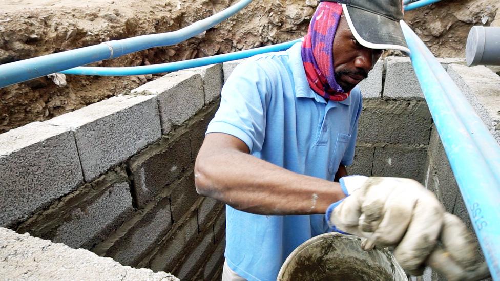 Giovani Quiñones construye su pozo de aguas negras.