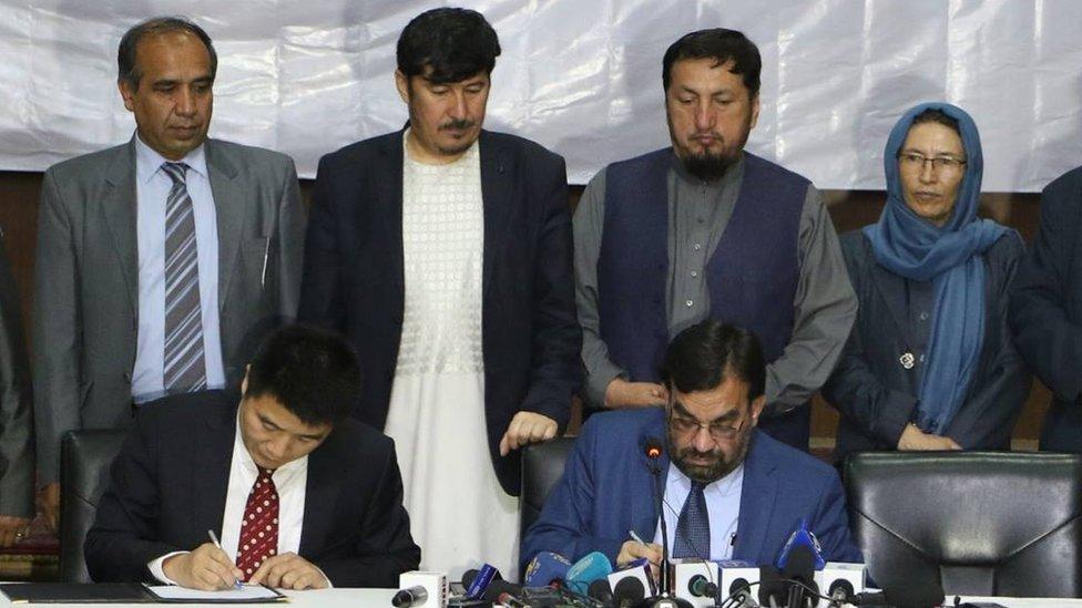 د افغانستان یوه 'ګوښه شوي' وزیر ۱۳ میلیون ډالري تړون لاسلیک کړ