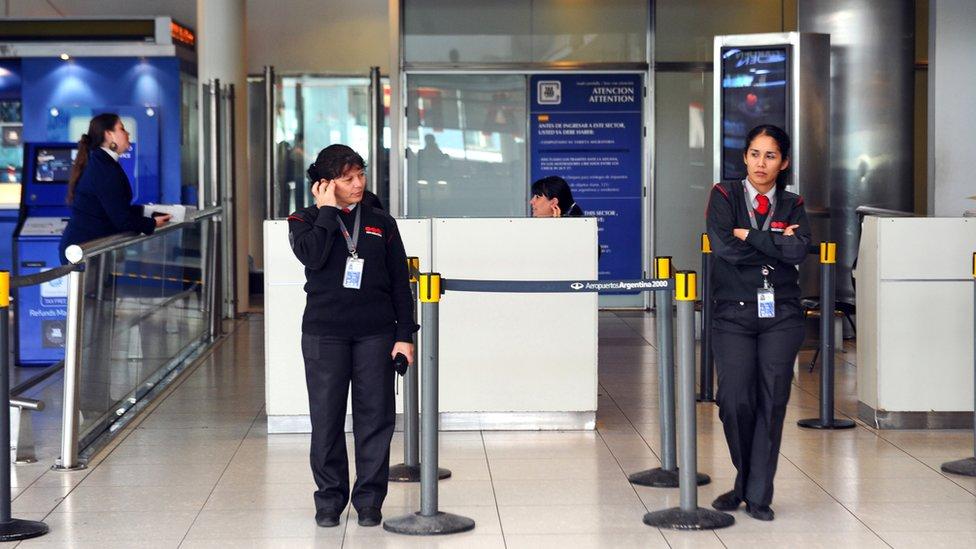 Los argentinos tienen derecho a declarar el ingreso de productos por hasta US$300 en los aeropuertos sin pago de impuestos. A partir de esa cifra se cobra el 50% del valor del producto.