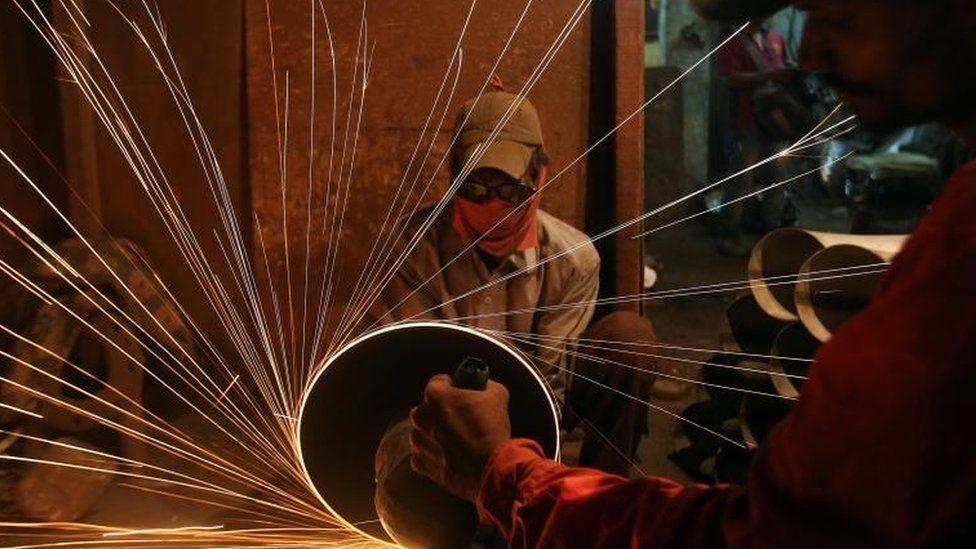 عمال في أحد المصانع