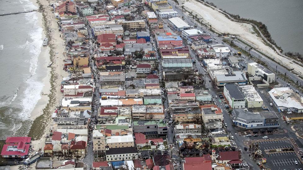 En la zona portuaria de Philipsburg, en el territorio holandés de Sint-Maarten, se puede apreciar el daño a los edificios en los niveles más bajos.