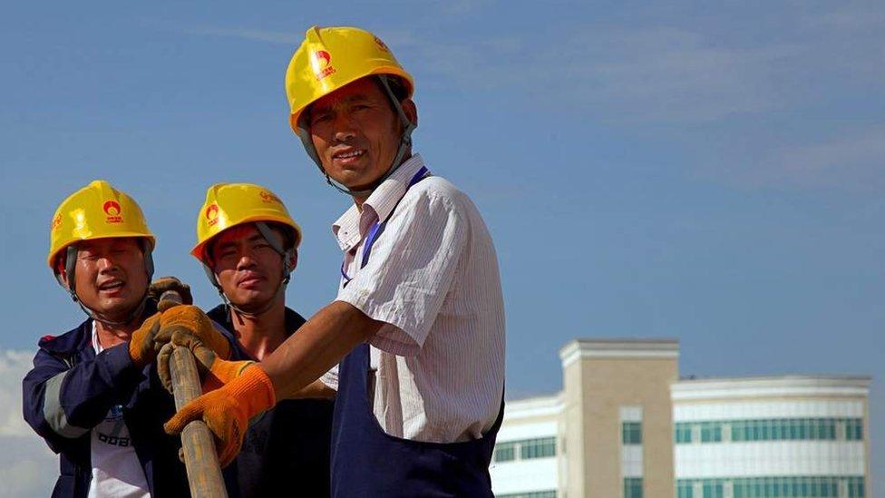Una de las críticas es que casi todos los empleos van a trabajadores chinos.