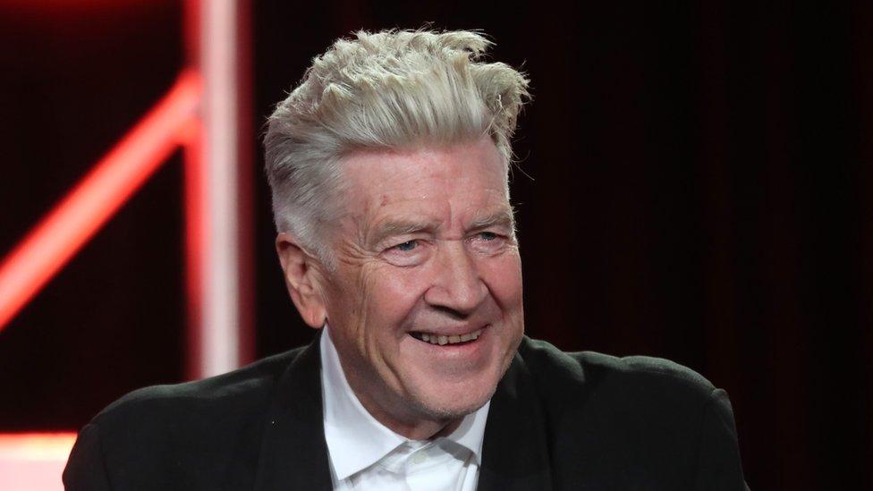 David Lynch, quien asegura este será su último trabajo, fue el primer cineasta que se lanzó a hacer televisión y esto marcó el estilo de los encuadres y los planos de la serie.