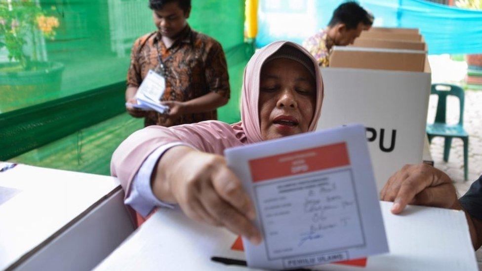 اندونیزیا: د ټاکنو کمیسیون ۲۷۲ مامورین له ستومانۍ مړه شوي