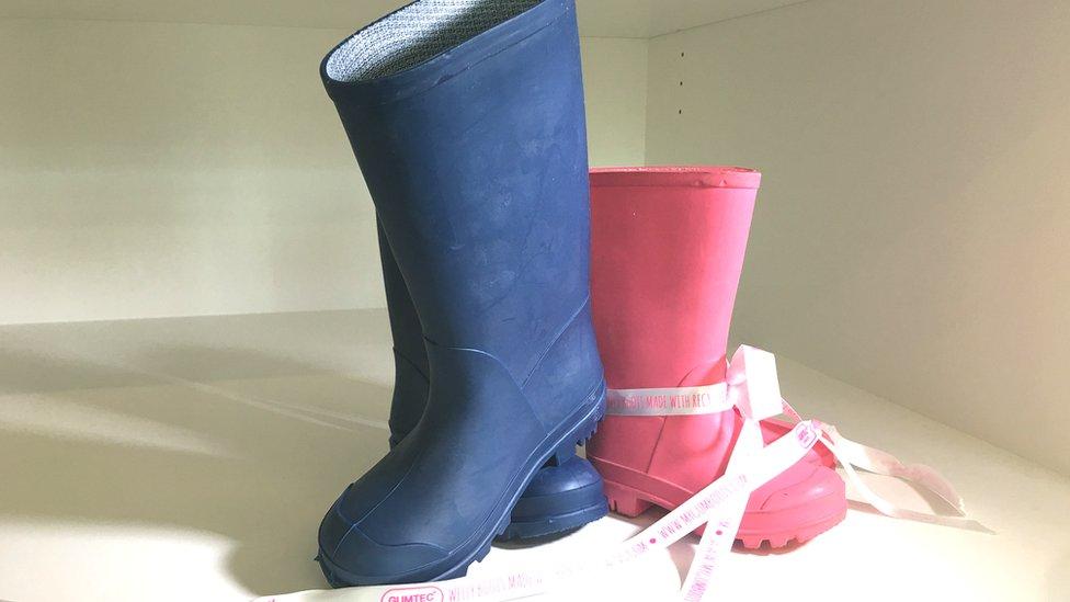 La goma de mascar también puede servir para crear botas como estas.