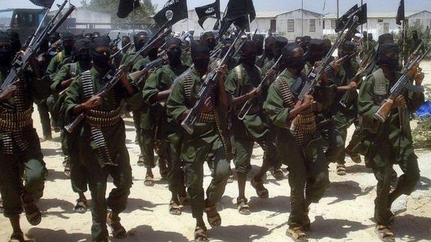 Se cree que Al Shabab, que tiene vínculos con al Qaeda, tiene entre 7.000 y 9.000 combatientes.