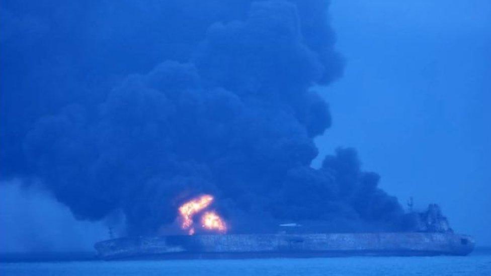 Barco quemándose