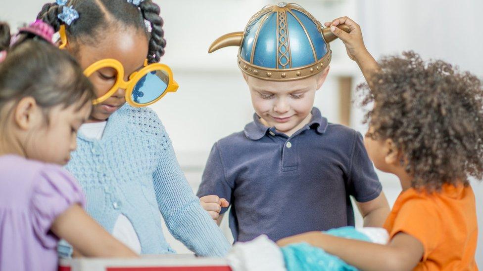 Niños jugando a los disfraces