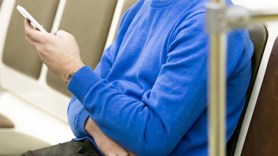 Un usuario de transporte con su teléfono
