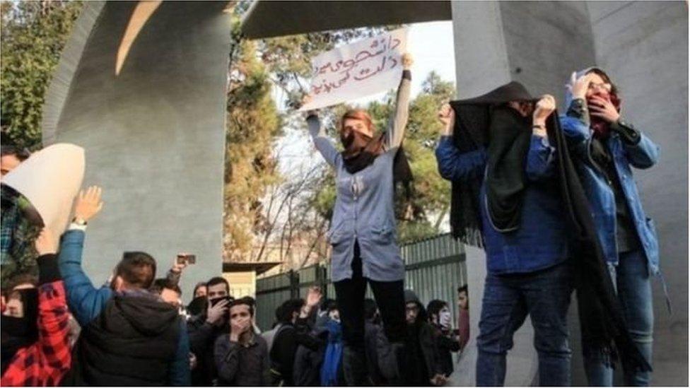 اندلعت شرارة التظاهرات في مشهد ثاني أكبر مدن إيران من ناحية الكثافة السكانية بعد العاصمة طهران