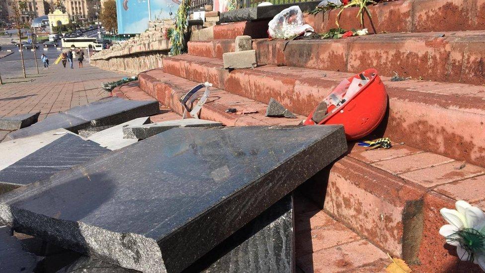 Возле Майдана в Киеве разрушили памятник Небесной Сотни