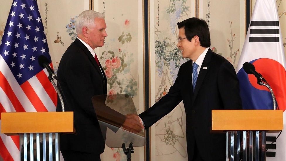 Pence viajó a Corea del Sur para discutir acciones contra las pruebas de misiles norcoreanas.