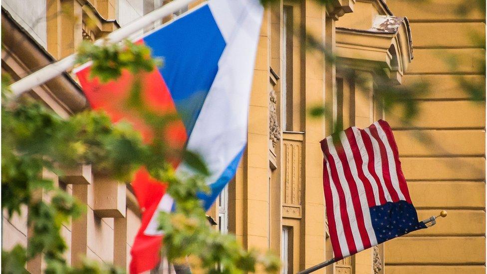 Bandera rusa en la embajada estadounidense en Moscú en julio de 2017.