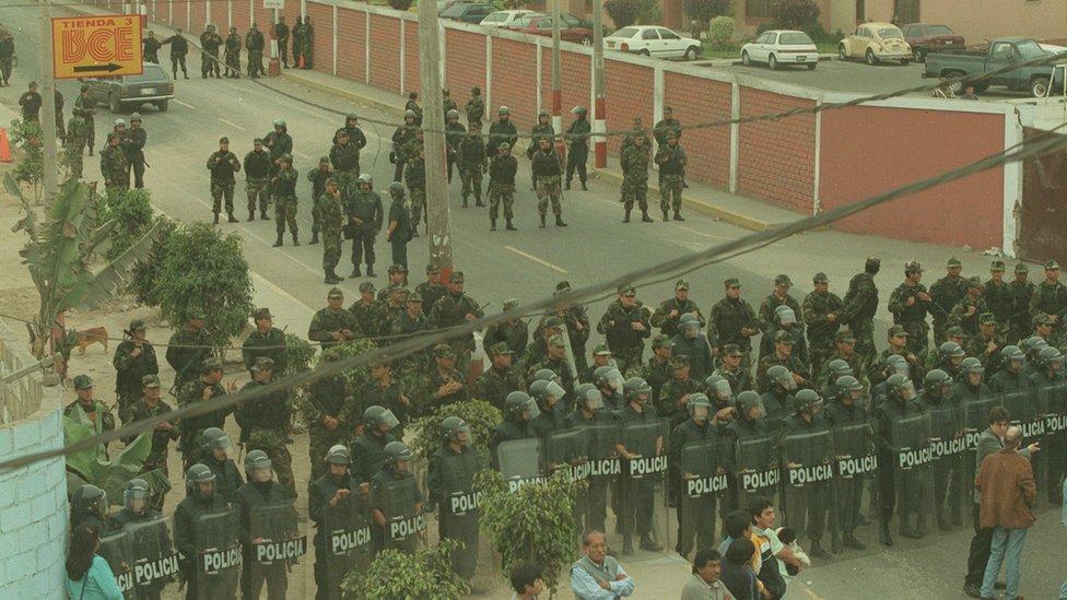 La sede del Servicio de Inteligencia del Ejército, protegida por policías antimotines en 2000.