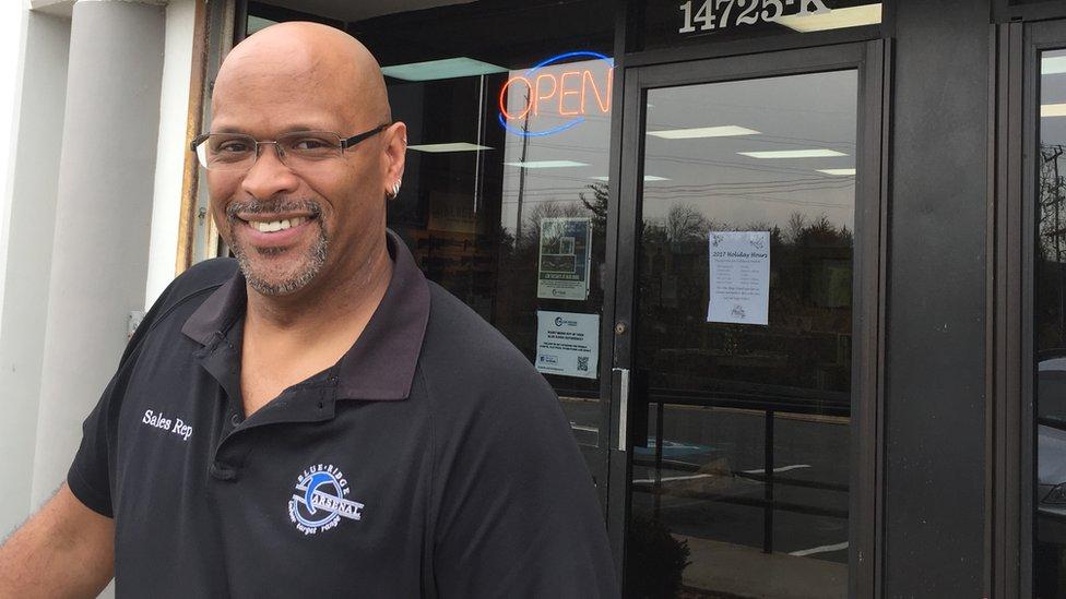 Mark Warner trabaja desde hace casi 20 años en la tienda de armas Blue Ridge Arsenal de Chantilly, Estados Unidos.
