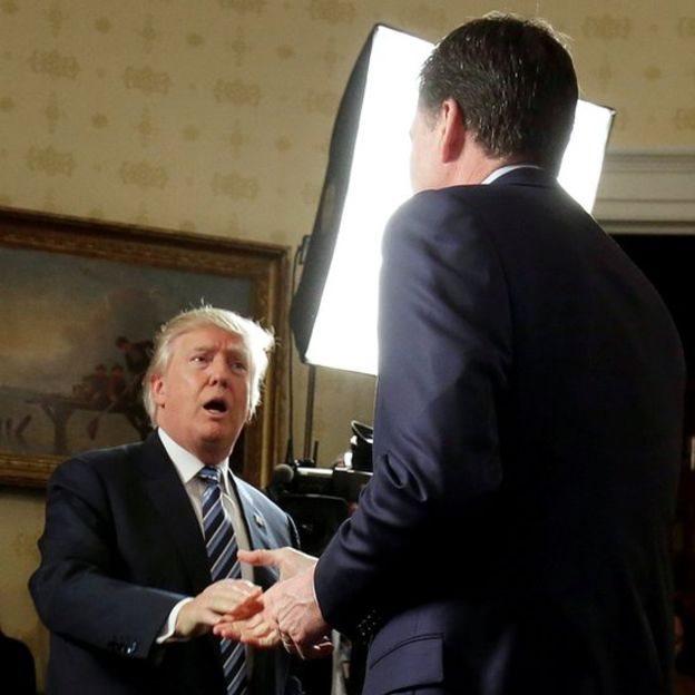 Trump y Comey dándose la mano.
