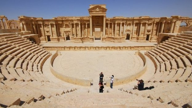 A video apparently released by the Islamic State group shows 25 men being shot dead in the ancient city of Palmyra.