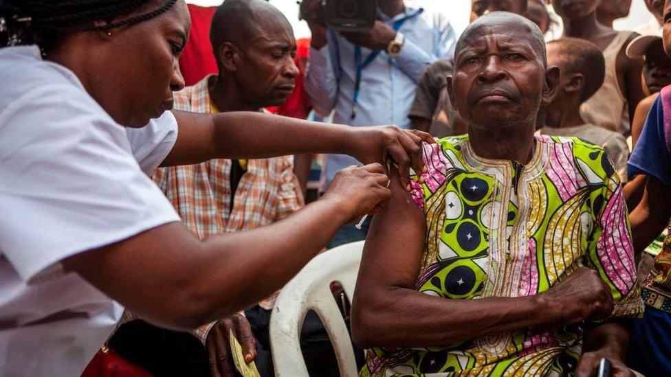 Un hombre recibe una vacuna en Kinsasa, en R. D. del Congo.