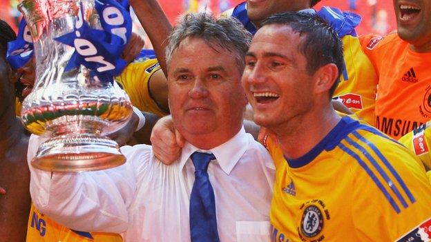 Guus Hiddink and Frank Lampard celebrate FA Cup success in 2009