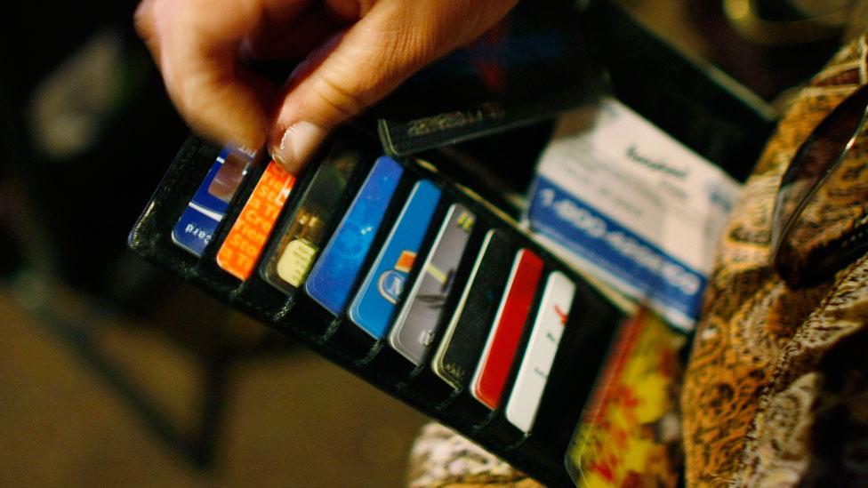 """Muchos desembolsamos más de lo que tenemos debido al efecto """"gasto sin fricción"""" de las tarjetas."""