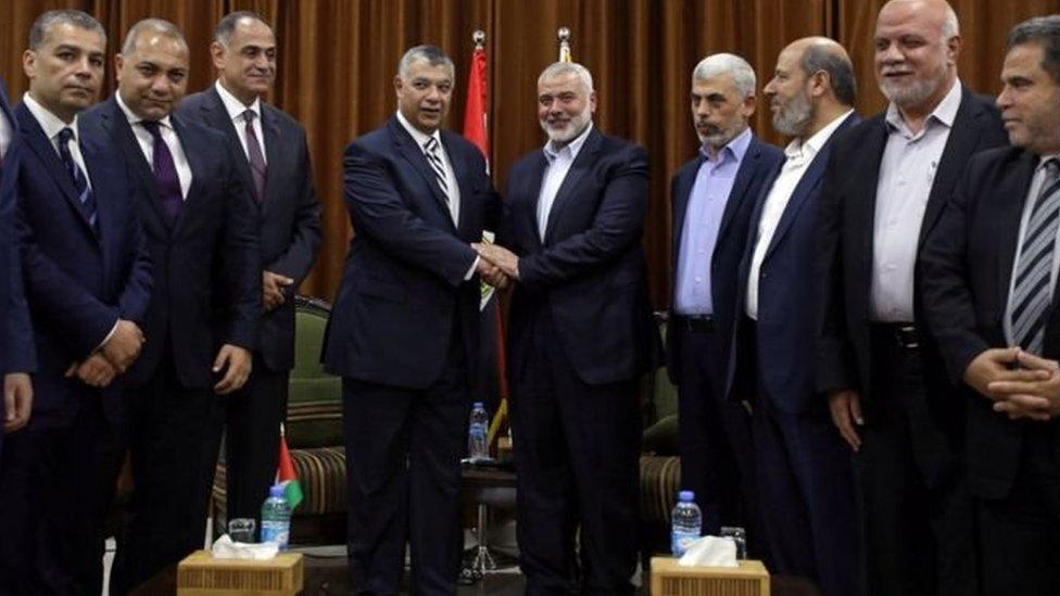 رئيس المكتب السياسي لحركة حماس، إسماعيل هنية، يستقبل رئيس المخابرات المصرية، خالد فوزي، الثلاثاء 3 أكتوبر/ تشرين الأول 2017