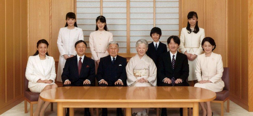 El príncipe heredero Naruhito (segundo desde la izquierda) debe ascender al Trono del Crisantemo