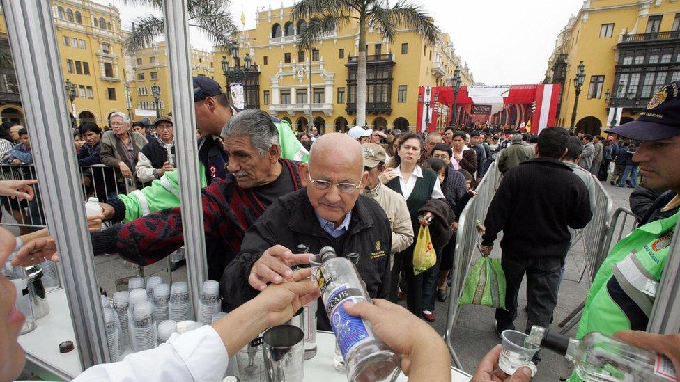 Los chilenos consumen mayor cantidad de pisco, pero los peruanos llevan la ventaja en las ventas en el extranjero.