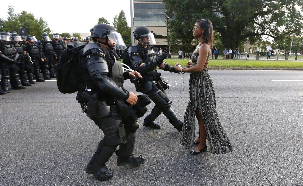 Ieshia Evans enfrenta a la policía durante una protesta de Black Lives Matter (Las vidas negras importan) en Estados Unidos, en julio de 2016.