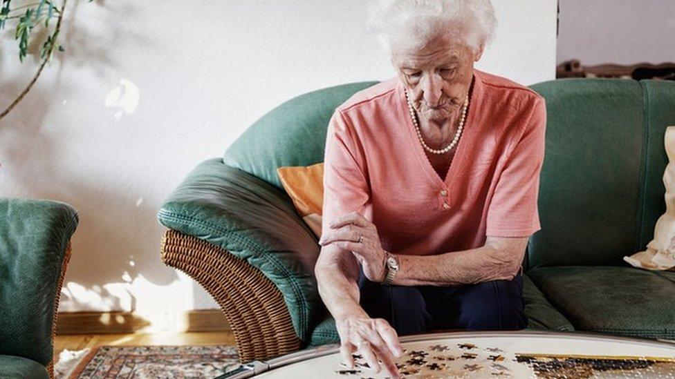 Mujer mayor haciendo un puzzle