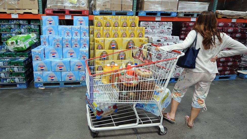 Los pobres no pueden aprovechar los ahorros que consiguen quienes hacen sus compras en tiendas mayoristas.