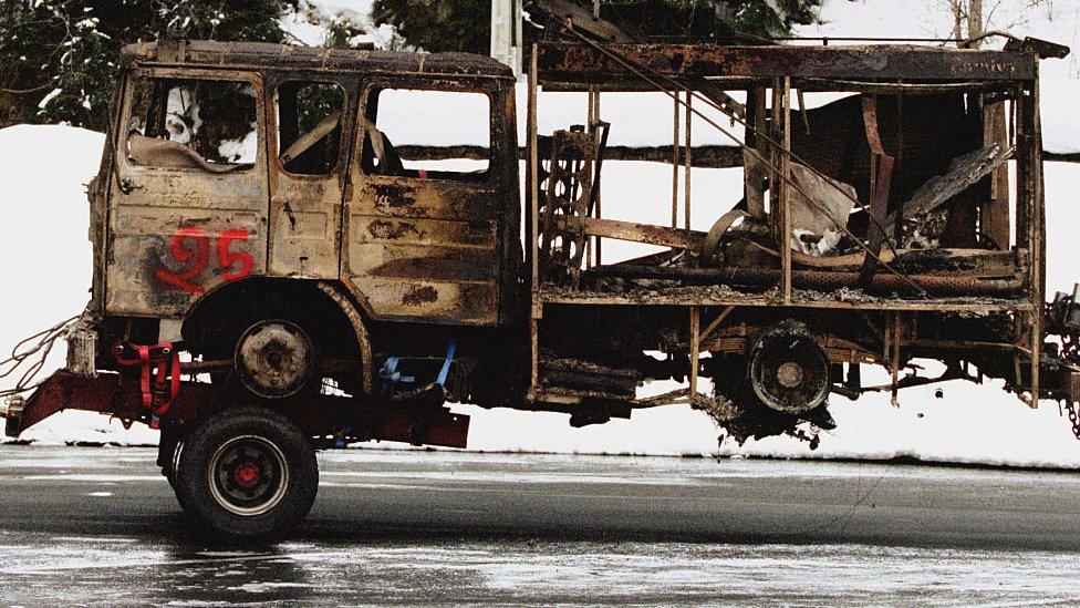 Uno de los vehículos quemados en el siniestro de 1999.