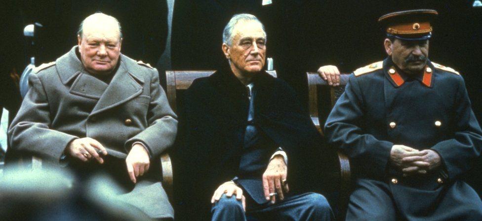 ونستون تشرشل، وفرانكلين روزفلت، وجوزيف ستالين في يالطا في عام 1945