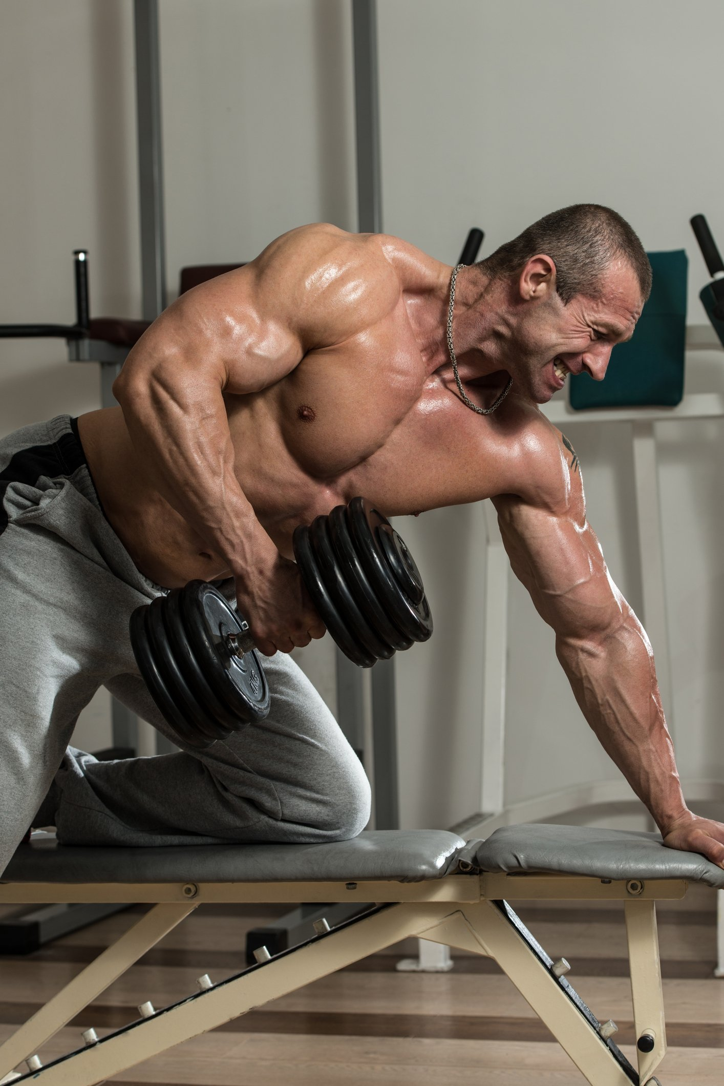 Hombre cargando pesas