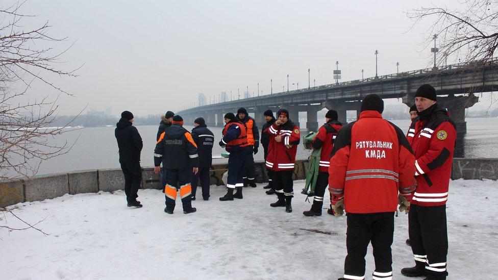 Київ: ДСНС шукає дівчину, яка стрибнула з моста Патона