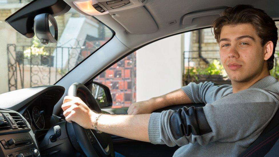 Un joven en un auto