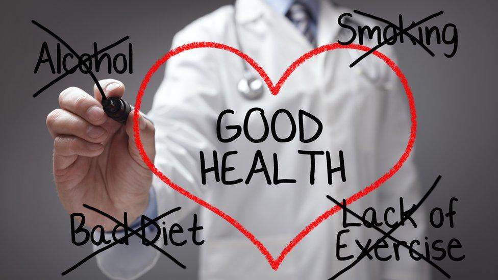 طبيب يشرح نصيحة طبية