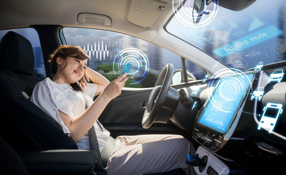 Una joven en un coche con piloto automático.