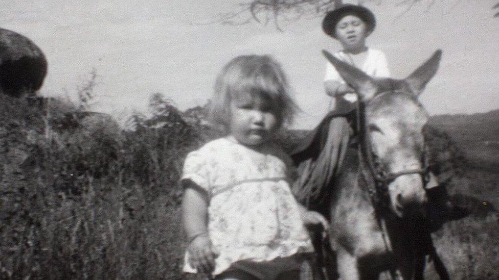 Clare Weiskopf (de pie) de niña. (Foto: Clare Weiskopf / Amazona)