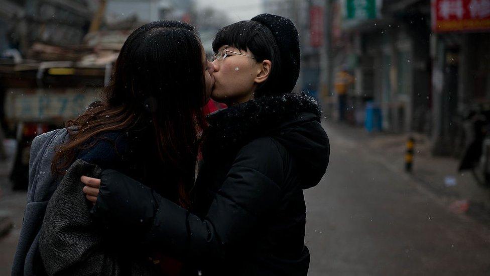 Una pareja gay se besa en la calle