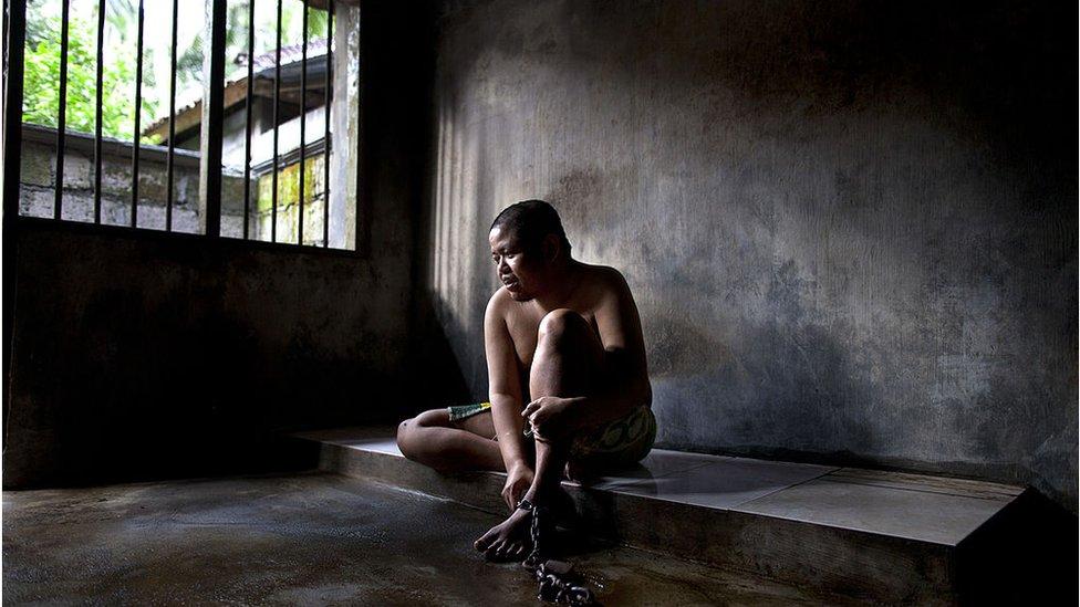 Enfermo mental confinado en Bali