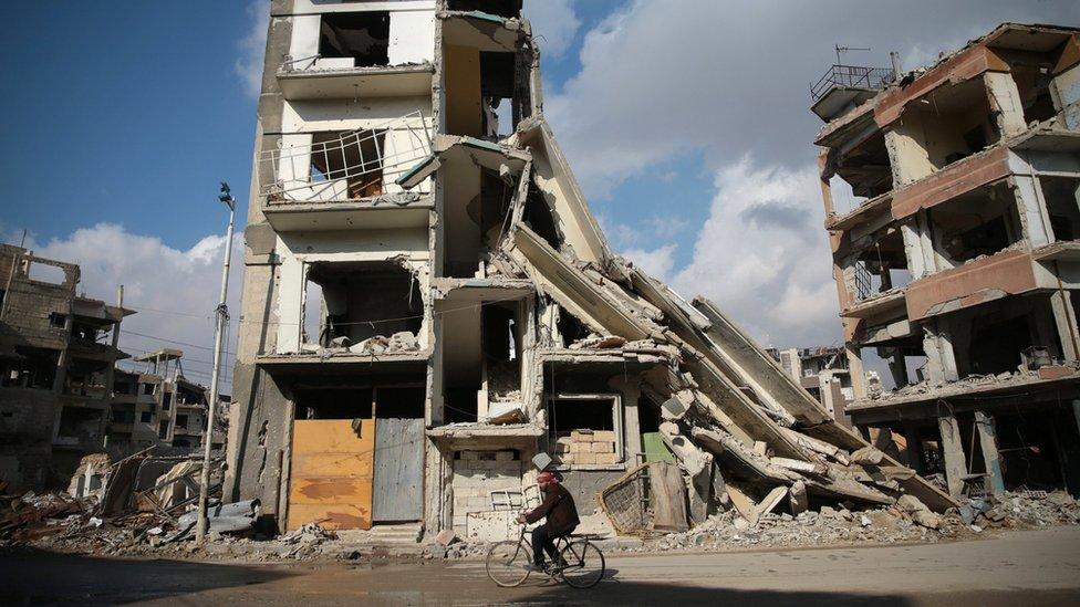 نشطاء معارضون يؤكدون تعرض دوما، في ضواحي دمشق، لقصف القوات الحكومية يوم الجمعة