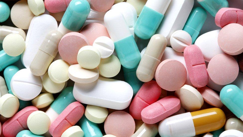 Diferentes pastillas y remedios.